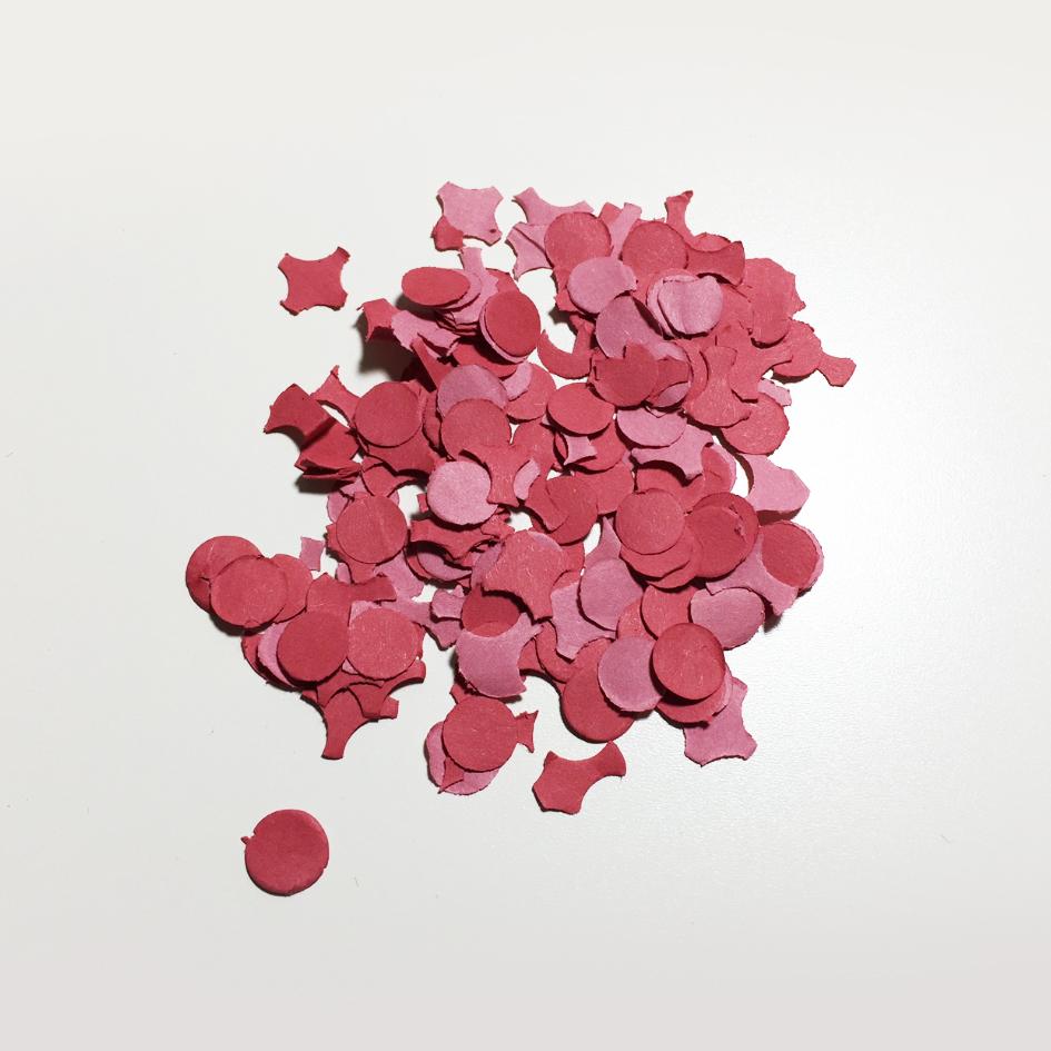 Rote Konfetti als Flascheninhalt